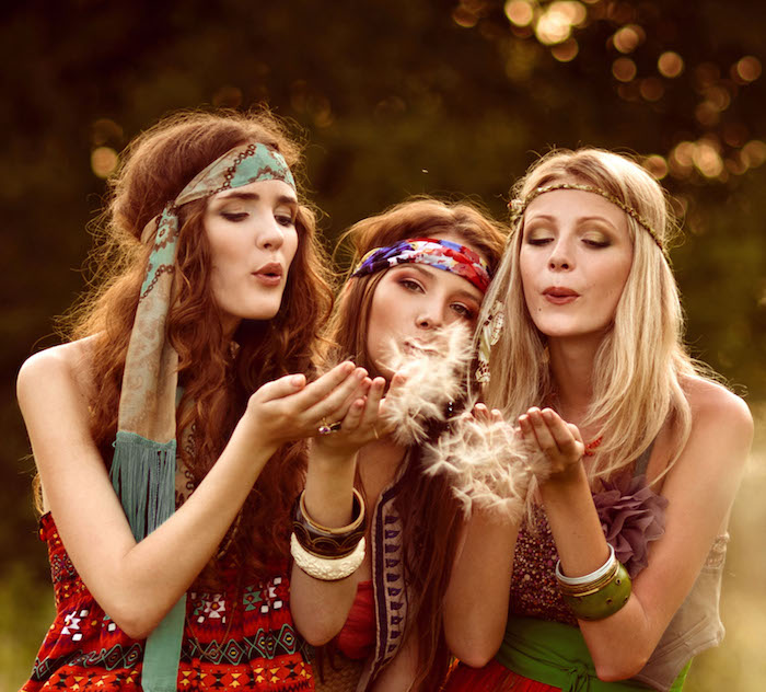 deguisement femme hippie, amitié entre femmes hippie, accessoires cheveux, bracelets ethniques, bandeau cheveux multicolore