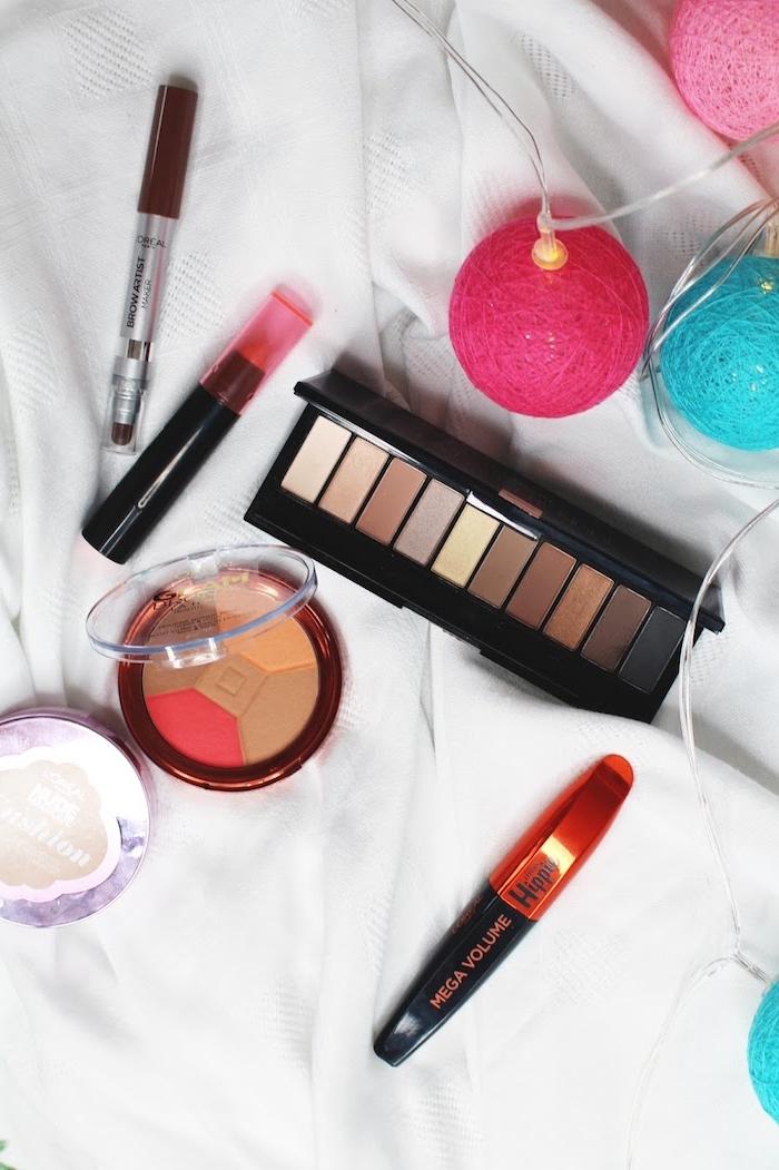 deguisement femme hippie, produits cosmétiques pour faire un maquillage hippie, guirlande lumineuse, palette fard à paupières