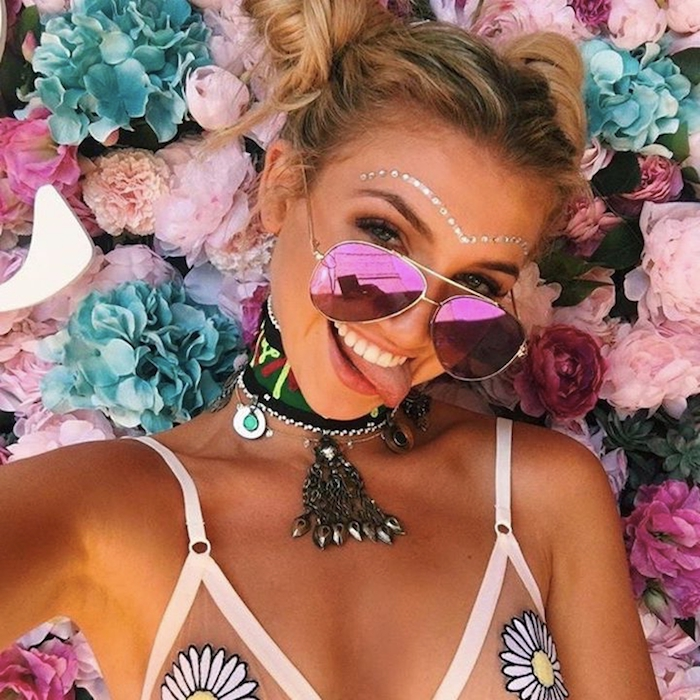 maquillage de fete, coiffure avec buns, lunettes de soleil femme, maillots de bains à motifs floraux, femme hippie