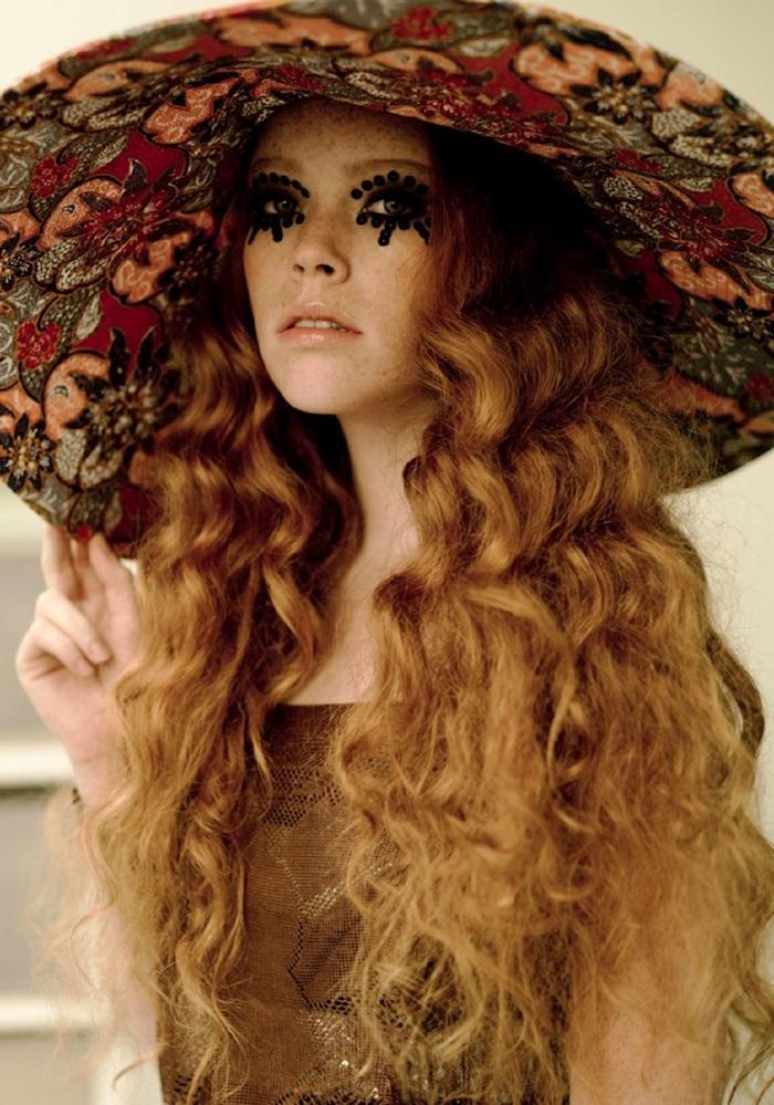 deguisement femme hippie, chapeau à motifs floraux, cheveux coloration cuivre, dessin noir sur les yeux