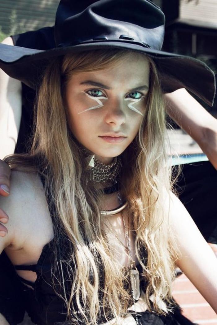 déguisement hippie, cheveux blonds, yeux verts, dessin sur le visage, collier ethnique, chapeau noir femme