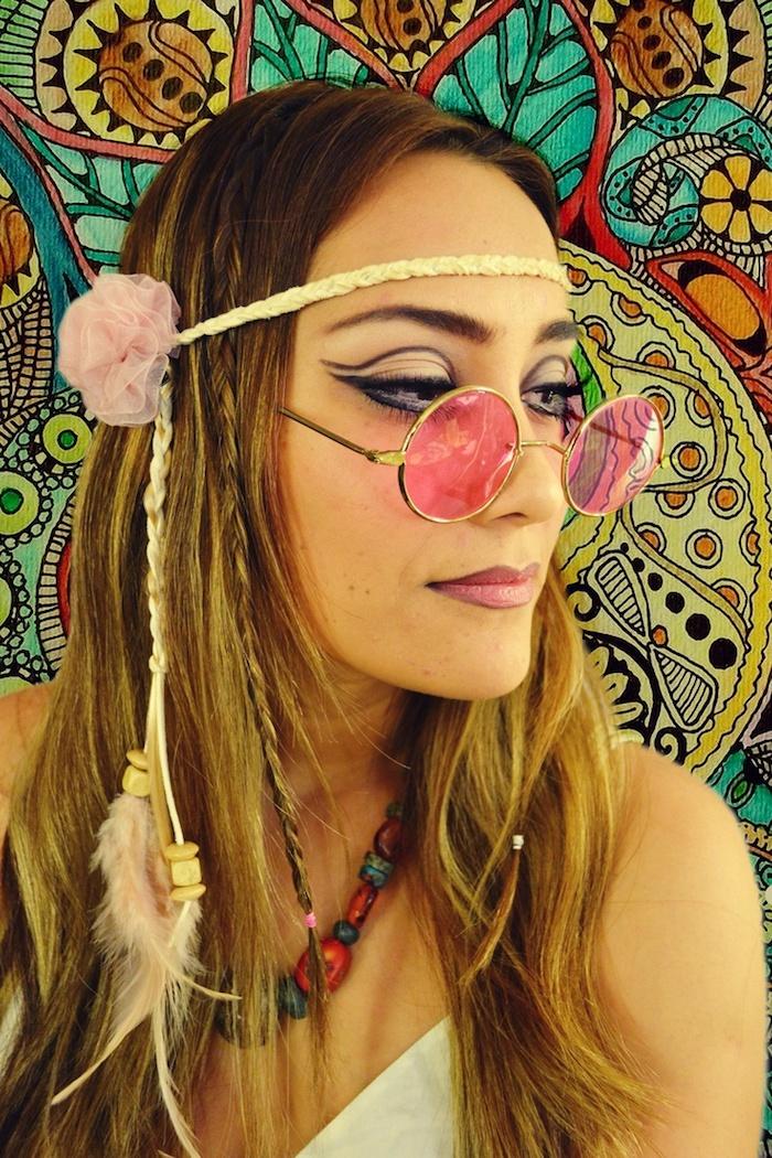 deguisement femme hippie, cheveux balayage, bandeau tête, crayon pour lèvres, collier en rouge et bleu, robe blanche