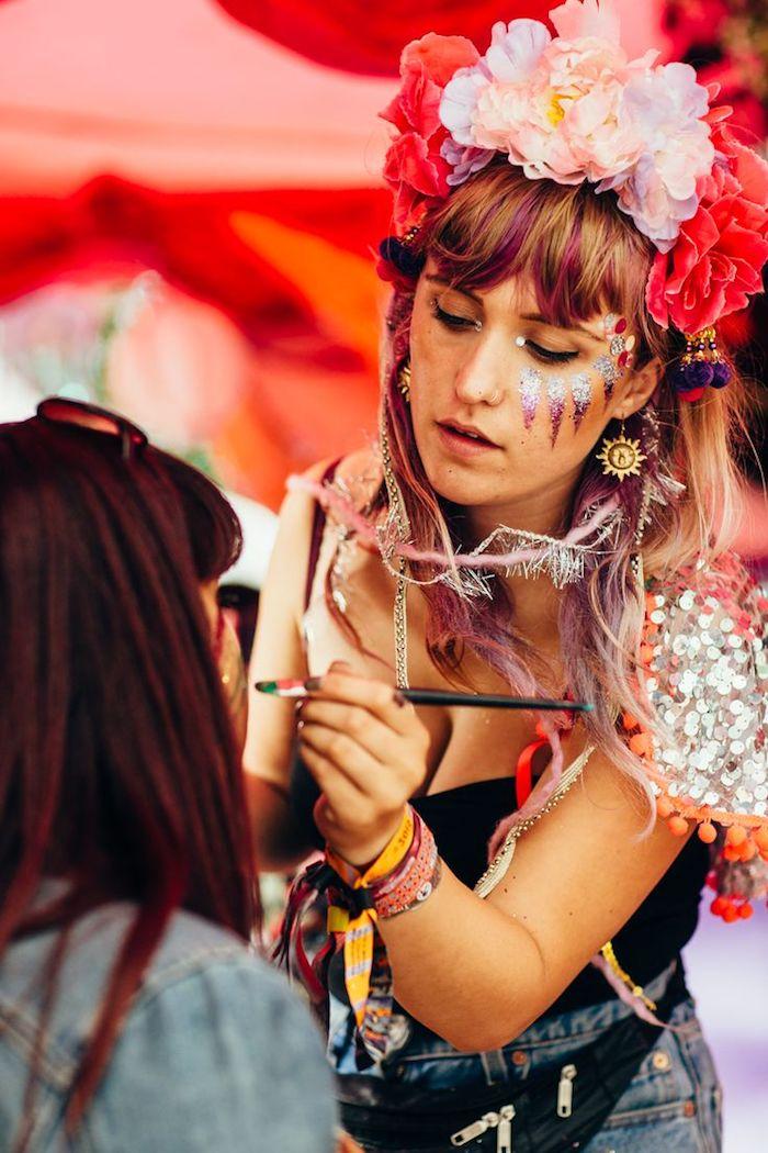 deguisement femme hippie, pinceau visage, boucles d'oreilles motifs soleil, bijoux ethnique, maquillage carnaval