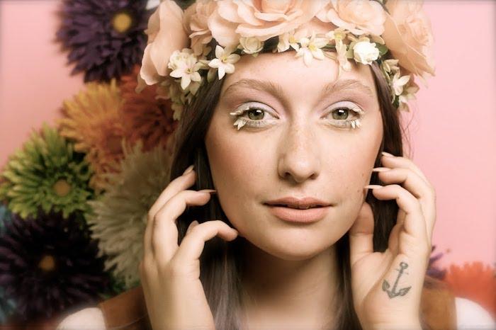 maquillage carnaval, couronne en roses, rouge à lèvre nude, faux cils avec bijoux, fard à paupière blanc et rose