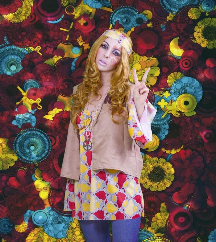 deguisement femme hippie, fond multicolore, bandeau tête, boucles cuivrés, collier hippie