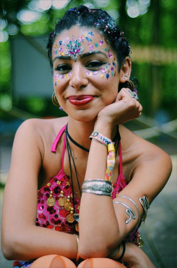 maquillage de fete, bracelet femme, cheveux noirs, boucles d'oreilles, deguisement femme hippie