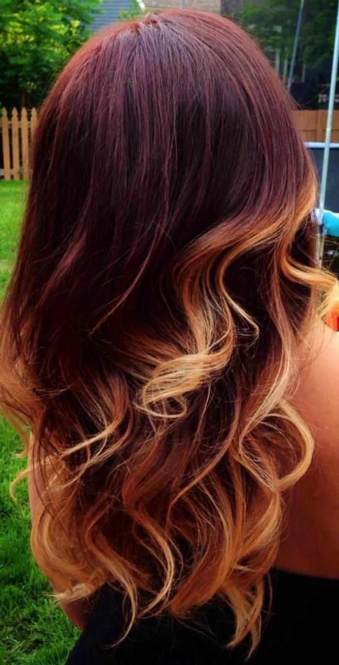meche caramel, balayage sur cheveux rouges, boucles couleur caramel sur cheveux ardents