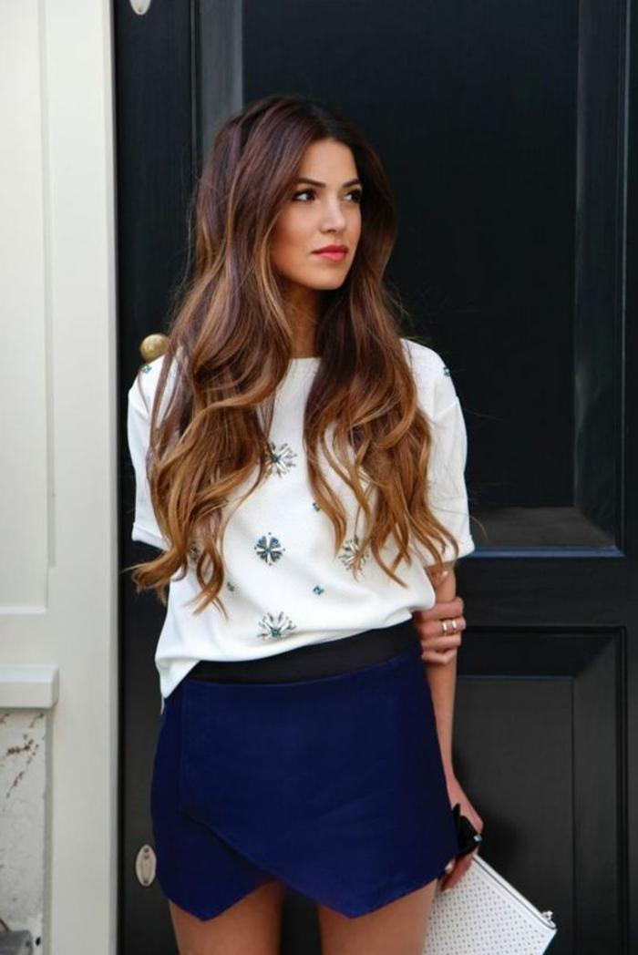 meche caramel, chemise blanche et jupe bleue, cheveux très longs, couleur flattante