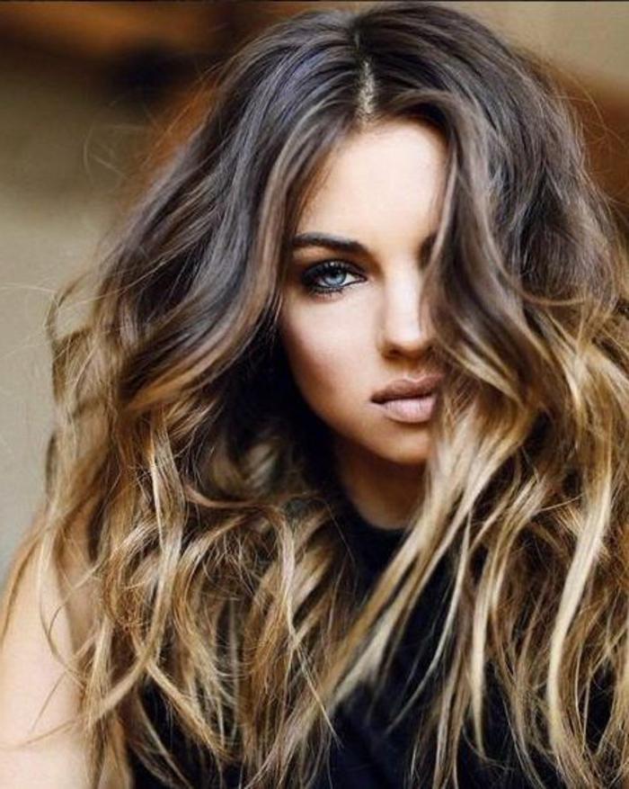 meches caramel, cheveux magnifiques, couleur cheveux chataîn foncé, yeux bleus