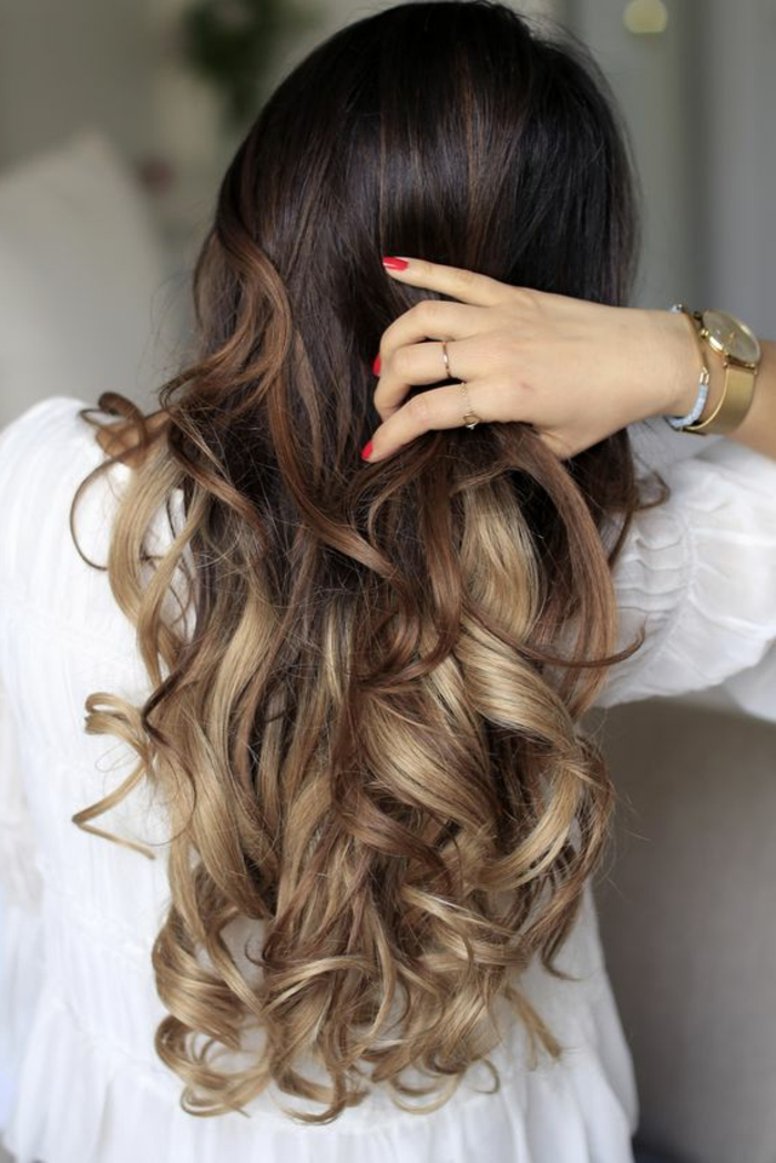 meches caramel, balayage cheveux caramel très clair, chemise blanche