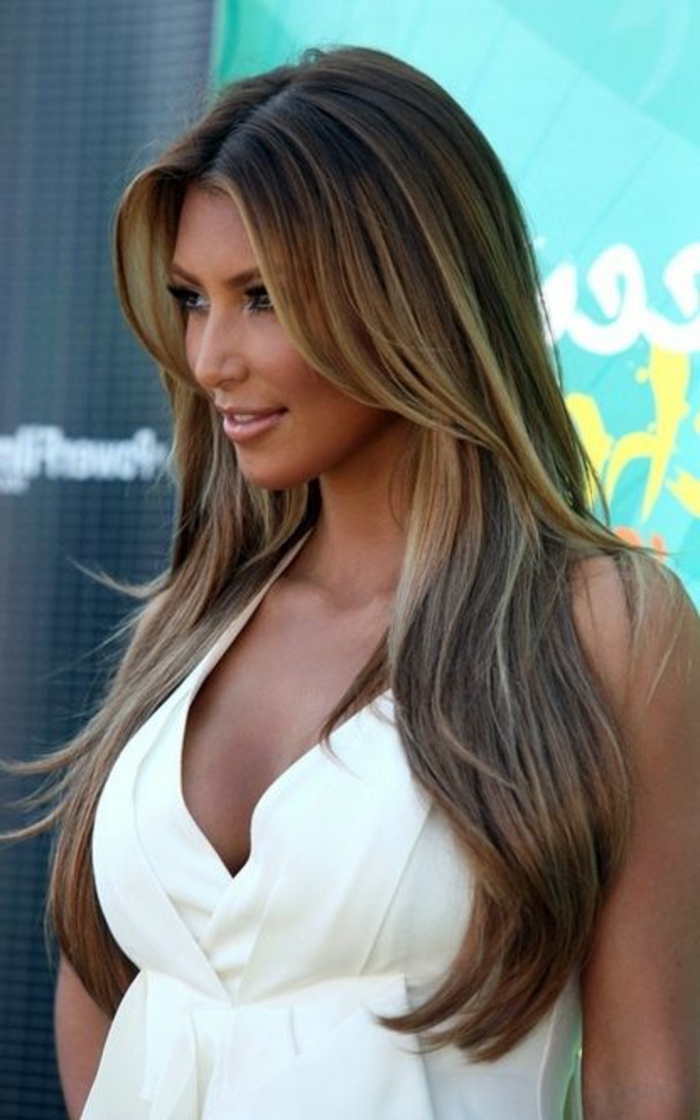 meches caramel sur cheveux chatains foncés, robe blanche, peau bronzée, frange symétrique