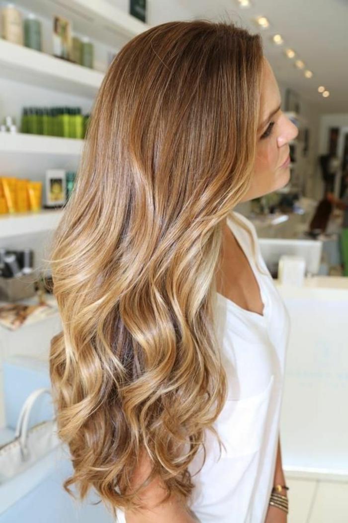 meches caramel sur cheveux chatain, cheveux en nuances caramel clair, longs cheveux ondulés