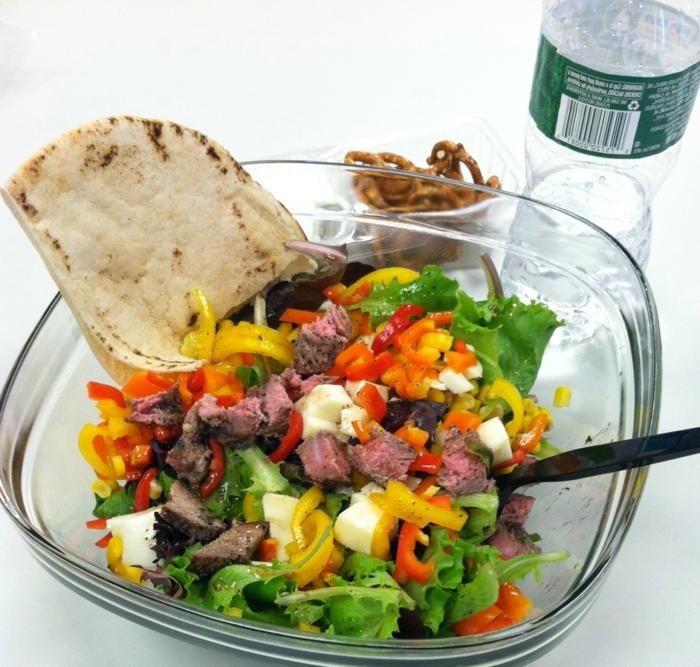 alimentation équilibrée, bouteille d'eau, pâte, salade saine, légumes, carottes, poivron rouge, recette équilibrée