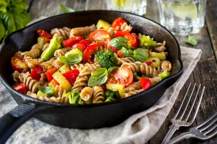 recettes rapides et équilibrées, poêle, fourchette, brocolis, herbes aromatiques, comment manger équilibré