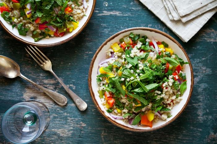 alimentation équilibrée, assiette, salade, légumes, herbes aromatiques, recette équilibrée, verre, poivrons