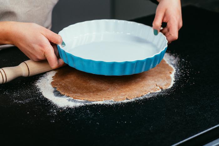 recette saine, mesurer la plaque pour couper la pâte à sa taille, idée recette diététique pour faire gateaud de pomme