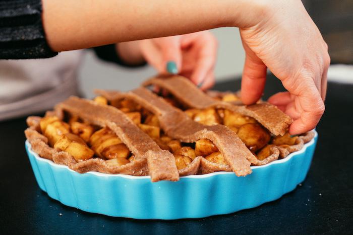 étaler des bandes de pate sans gluten sur le mélange de pomme à la cannelle pour faire un gâteau simple et équilibré