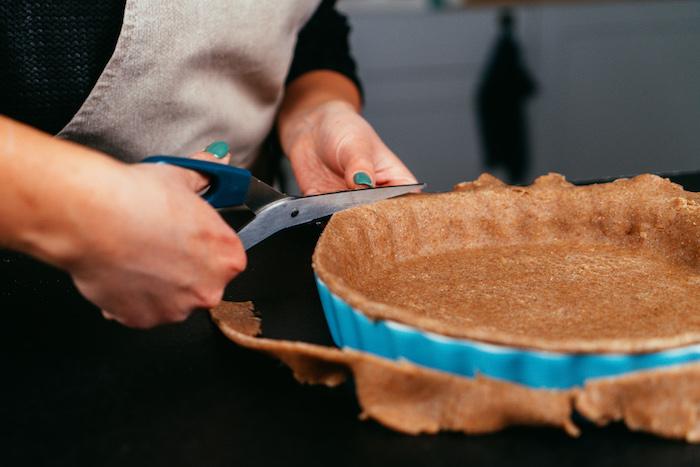 couper la pâte pour éliminer l exces de pâte, idée comment faire le fond d une tarte aux pommes, pâte sans gluten