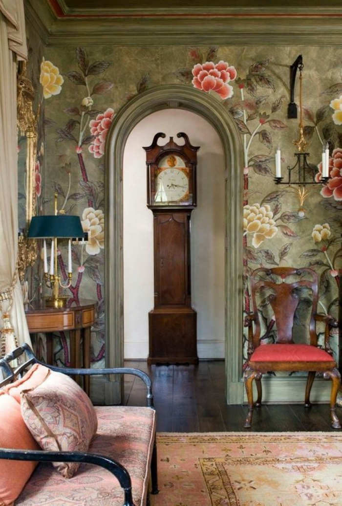 baroque meuble horloge haute aux murs en tissu satiné aux fleurs dhalias