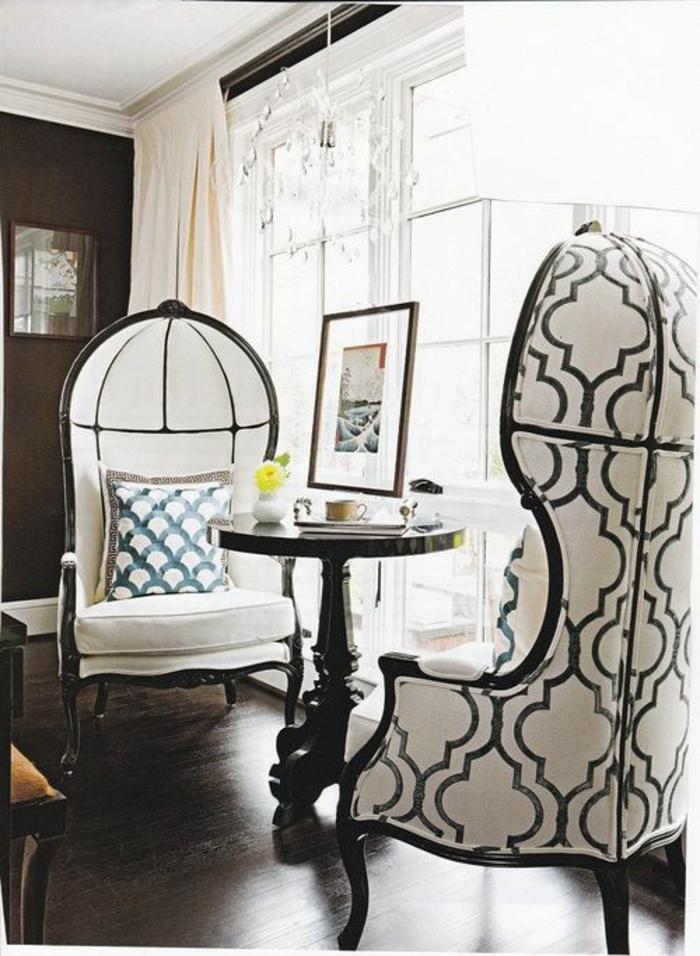 baroque meuble fauteuils blanc et noir aux dossiers coquille aux motifs géométriques
