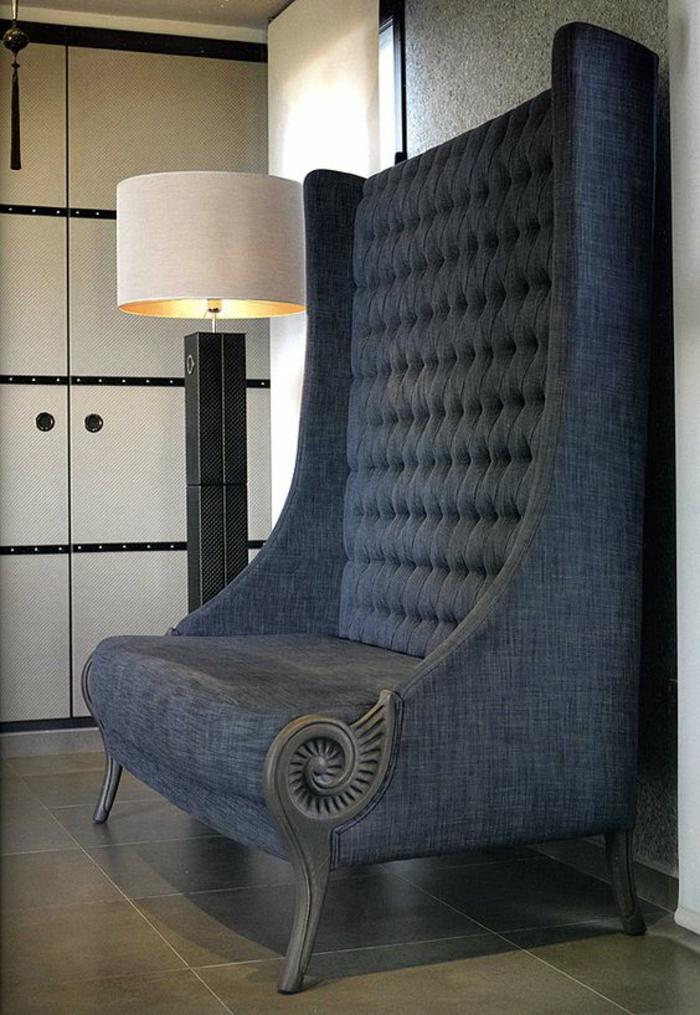 baroque meuble en gris clair au dossier très haut avec un lampadaire sur pied haut en tissu blanc crème