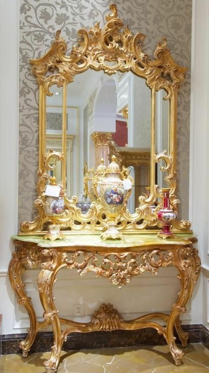 baroque meuble coiffeuse dorée miroir haut et large avec des vases en porcelaine chinois aux motifs dragons rouges