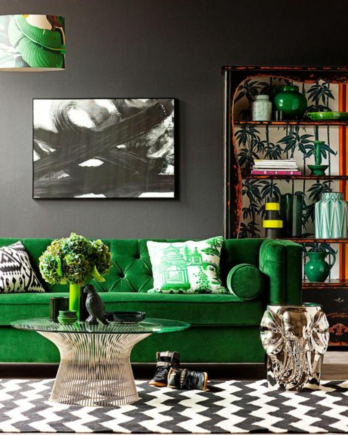 meuble style baroque canapé vert avec des coussins aux motifs différents et un mixe de couleurs