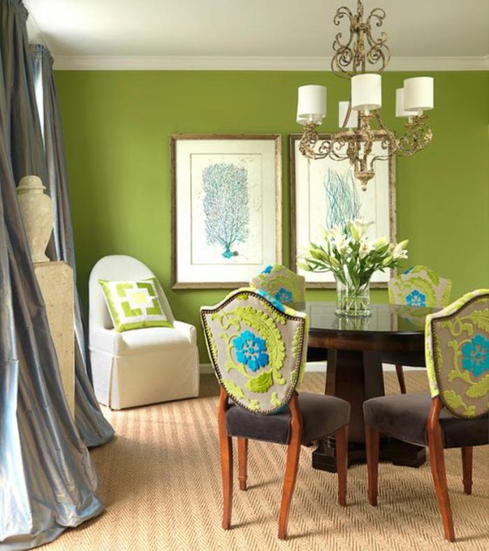 meubles baroques chaises aux dossiers très décorés combinées avec un fauteuil blanc avec un coussin en blanc et vert