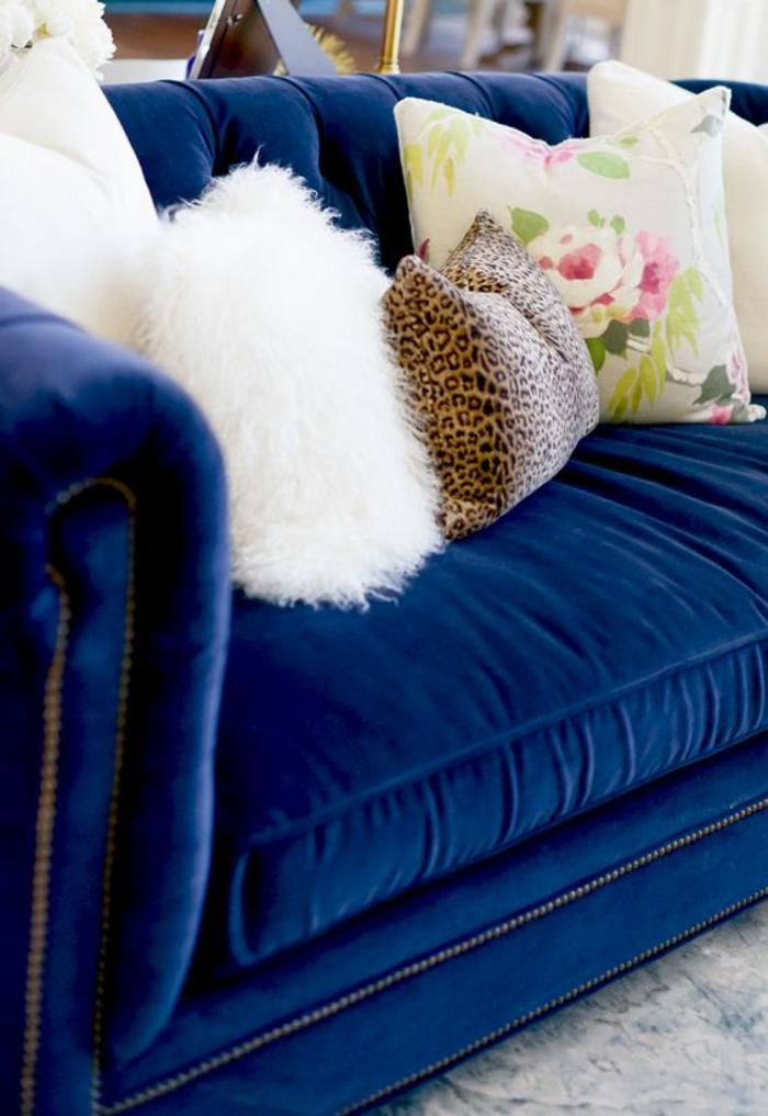 baroque meuble en bleu royal avec des coussins de toute taille et couleurs