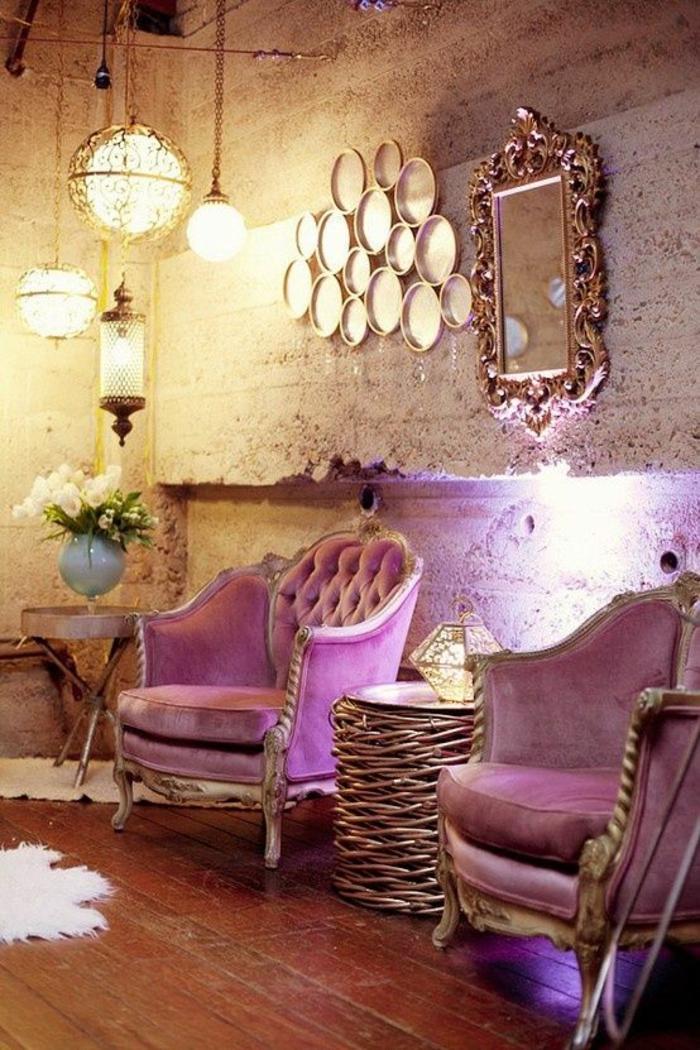 meuble style baroque en rose pimpant avec des luminaires ronds et plusieurs miroirs de forme diverse