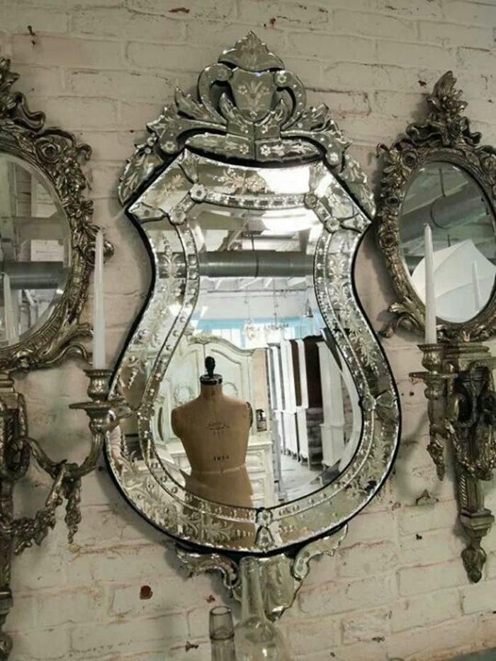 meuble style baroque miroirs étincelants sur un mur de briques blanches