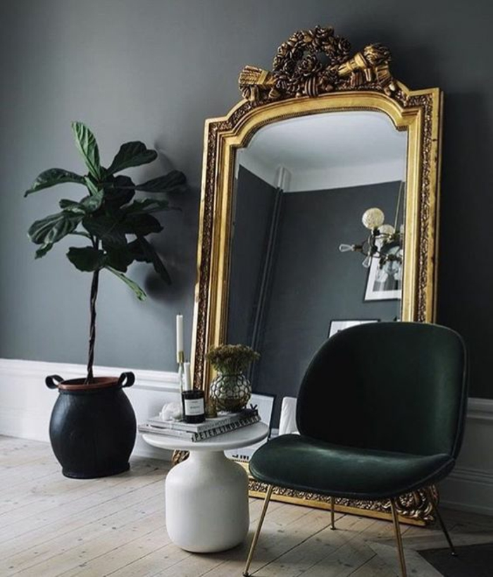 baroque mobilier miroir énorme pour voir la pièce entière avec fauteuil noir sans accoudoirs et pot de plante en noir