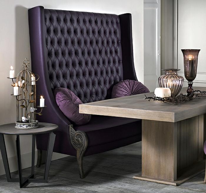 baroque meuble en lila style royal avec deux coussins ronds et une cage sans oiseaux porte bougies