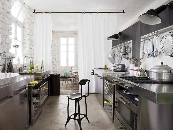 decoration industrielle, rideaux longs blancs, chaise de bar noire, bouteilles vertes, fenêtres à carreaux