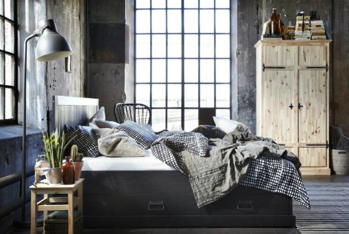 idee deco industrielle, plantes vertes, lampe sur pied métallique, fenêtres à carreaux, garde robe en bois, chambre à coucher industrielle