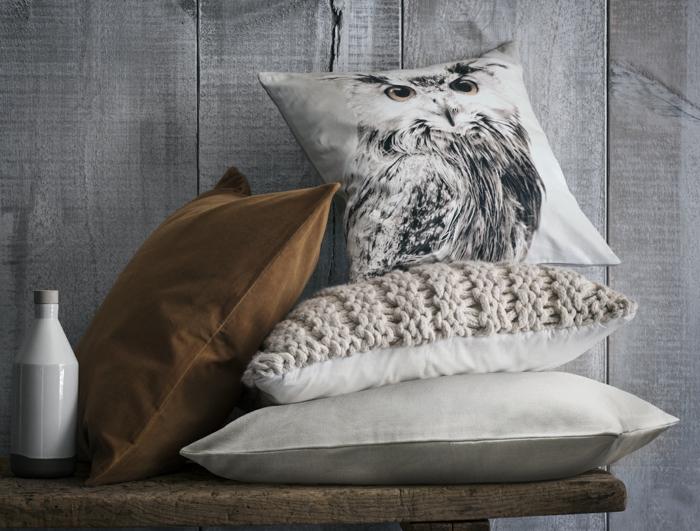 decoration industrielle, coussins décoratifs, coussin à print hibou, housse de coussin en crochet, vase blanche, murs gris