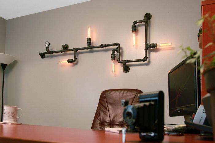 deco industrielle, tasse à café, garde-robe rouge, lampe sur pied, fauteuil en cuir, clavier noir, murs taupe poudré