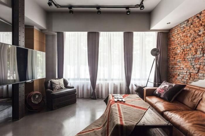idee deco industrielle, plafond blanc, éclairage de plafond, rideaux taupe poudré, grande fenêtre, fauteuil en cuir noir