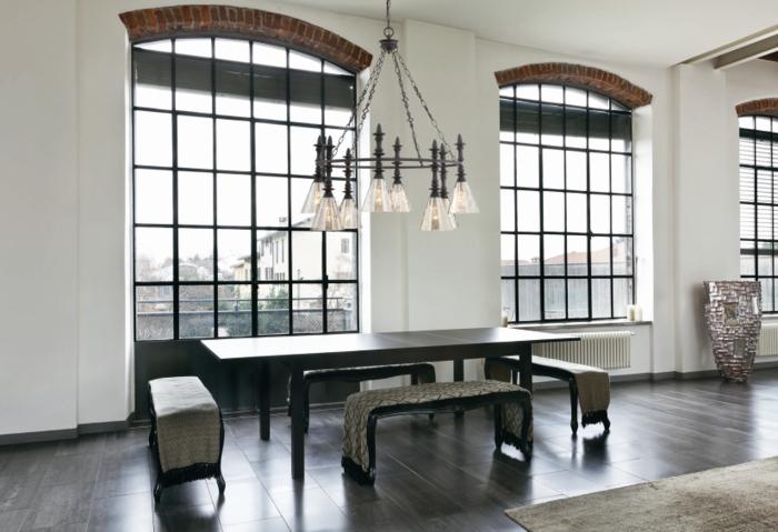 decoration industrielle, parquet foncé, grandes fenêtres, suspension luminaire, murs blancs, meuble industriel