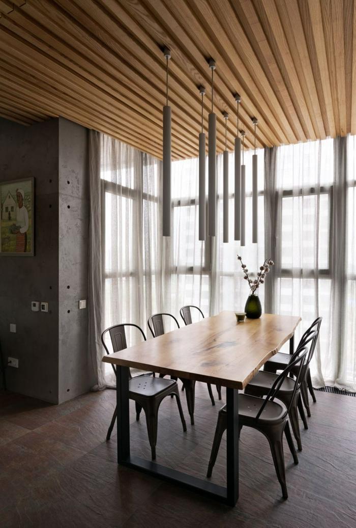 idee deco industrielle, table en bois, parquet foncé, murs en béton, rideaux blancs, vase noire, meuble industriel