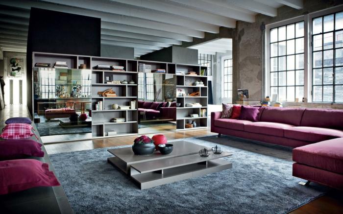 idee deco industrielle, coussins violets, grands miroirs, canapé d'angle, table basse grise, tapis moelleux, plafond avec poutres
