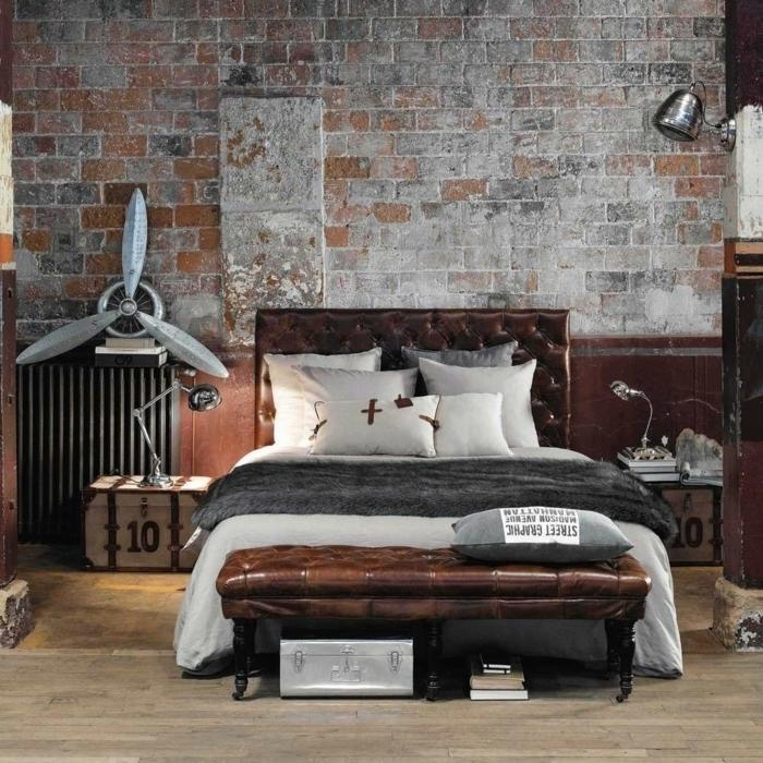 idee deco industrielle, coffre en bois, meuble noir et bois, murs en briques, ventilateur, lampe de chevet en métal