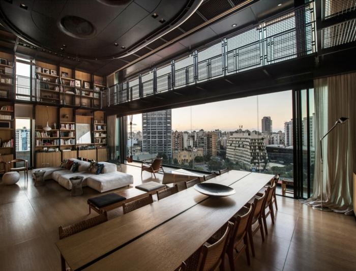 idee deco industrielle, parquet en bois, table longue rectangulaire, plafond suspendu noir, canapé en velours blanc