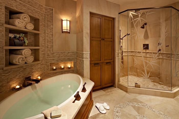 deco salle de bain, étagère en bois, serviette blanche, dallage beige, garde-robe en bois, bougies