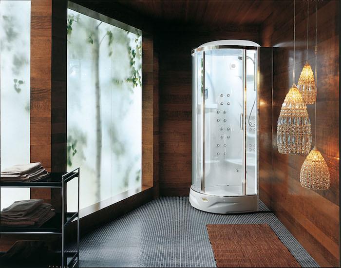 decoration salle de bain, grandes fenêtres mat, dallage gris, tapis marron, suspension luminaires oriental