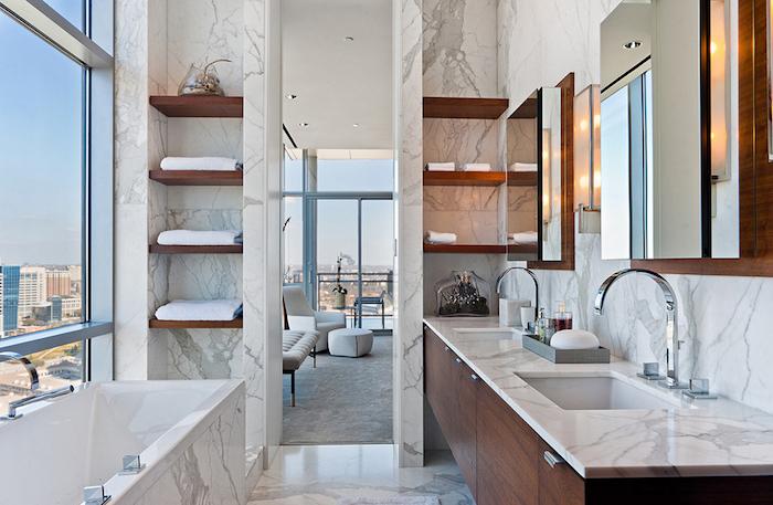 salle de bain moderne, grande fenêtre, baignoire en marbre, meubles sous vasque en bois, idee salle de bain