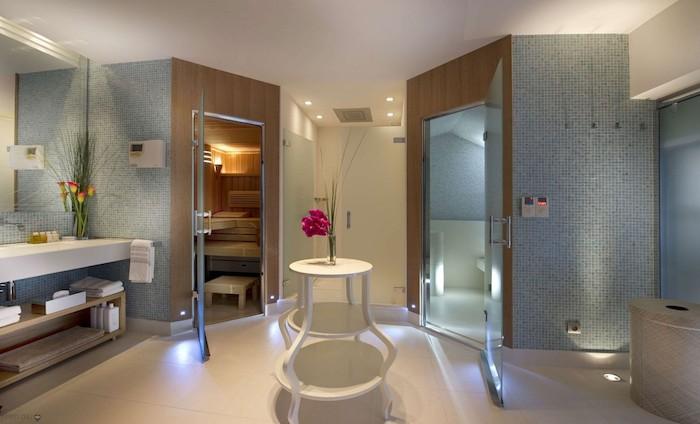 salle de bain design, murs beige et bleus, cabine de douche en mosaïque bleu, plafond blanc, carrelage sol beige
