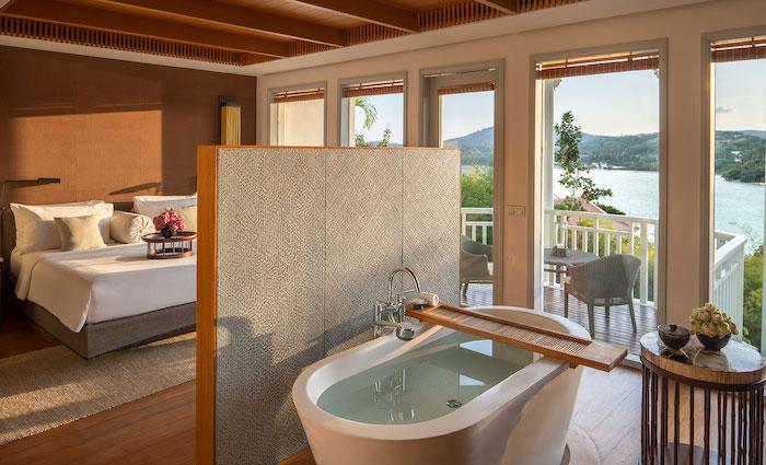 modele salle de bain, chambre à coucher, tapis beige, plafond avec poutres en bois, baignoire blanche