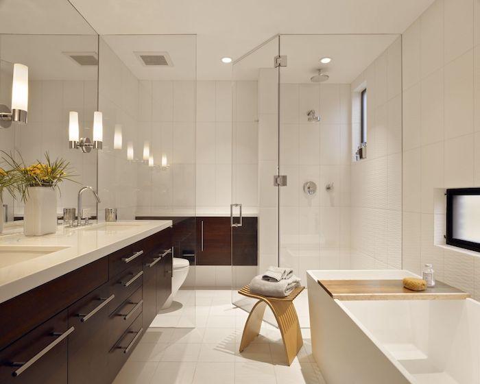 decoration salle de bain, dallage blanc, petite chaise en bois, baignoire rectangulaire, cabine de douche