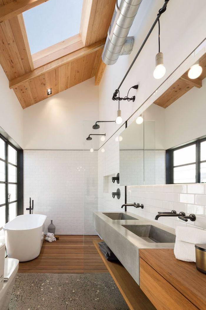 decoration salle de bain, pièce sous pente, tuyaux industriels, suspension luminaire avec ampoules, carrelage blanc